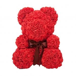 Μικρό αρκουδάκι με κόκκινα τριαντάφυλλα
