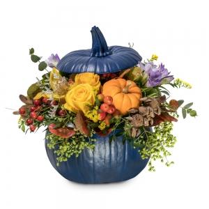 Μπλε κολοκύθα με ορχιδέες, τριαντάφυλλα και φρέζιες