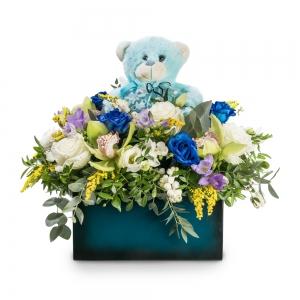 Σύνθεση με ορχιδέες και μπλε τριαντάφυλλα με αρκουδάκι