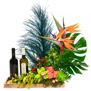Πλούσια σύνθεση με λουλούδια και κρασιά