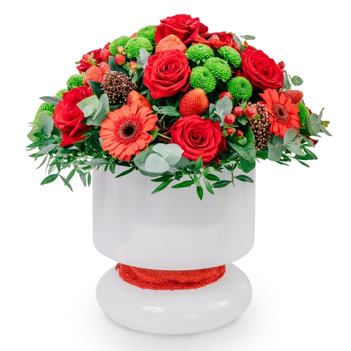 Arrangement with roses, gerberas and strawberies