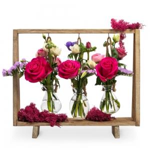 Κρεμαστά  βαζάκια με όμορφα λουλούδια