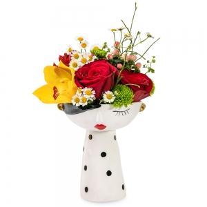 Μία κυρία με όμορφα λουλούδια