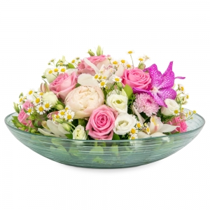 Τριαντάφυλλα, ορχιδέες και παιώνιες σε γυάλινη πιατέλα